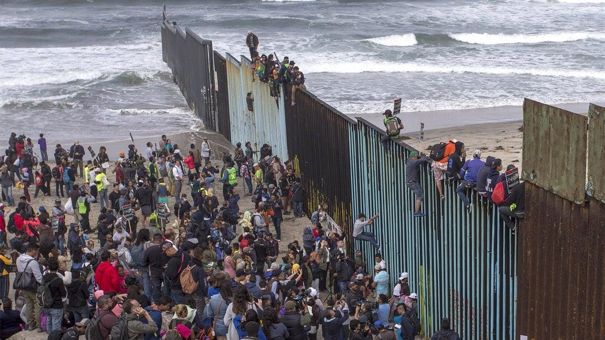 Znalezione obrazy dla zapytania border at breaking point